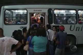 Usuários do transporte coletivo reclamam do serviço em Salvador - No bairro do comércio, algumas pessoas que precisam pegar ônibus esperam mais de uma hora, enfrentam dificuldades com coletivos que não param no ponto e ainda ficam em pontos que não têm iluminação.