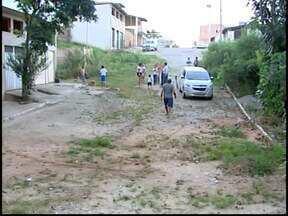Moradores reclamam de mato alto e esgoto a céu aberto em Divinópolis - Falta de iluminação e calçamento também preocupa.Prefeitura e Copasa informaram que tomarão providências.