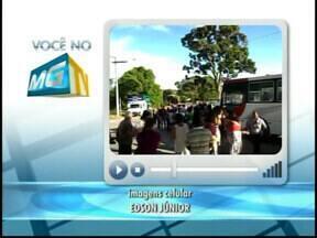 Manifestantes pedem melhorias no transporte de Carmo do Cajuru - Moradores pedem revisão no preço da passagem e isenção para idosos.Empresa disse que se posicionará sobre demandas até dia 24 desse mês.