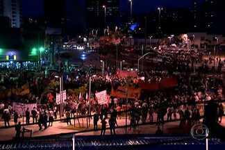 Terceiro ato contra a Copa reúne 600 pessoas no Largo da Batata - A manifestação foi alvo de duas decisões judiciais antes mesmo de começar. Uma decisão foi favorável aos manifestantes, que podem usar máscaras. Outra foi a favor da polícia.