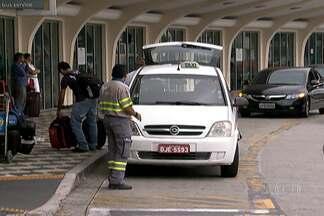 Taxistas clandestinos são presos em Congonhas - Quatro pessoas foram presas em flagrante no Aeroporto de Congonhas durante uma operação da Polícia Civil. Eles trabalhavam com táxis clandestinos.