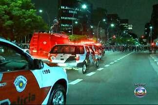 Protesto contra a Copa bloqueia Avenida Brigadeiro Faria Lima - Segundo a PM, cerca de 1.500 pessoas caminharam pela Avenida Brigadeiro Faria Lima para protestar contra a Copa do Mundo.