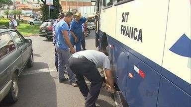 Asfalto cede e deixa ônibus preso em avenida de Franca, SP - Acidente aconteceu na tarde desta quinta-feira (13) na rotatória das Avenidas Alonso Y Alonso e Champagnat.