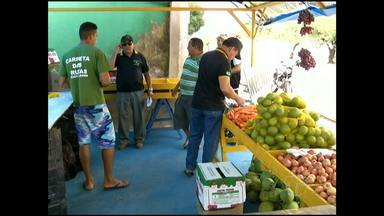 Vigilância sanitária fiscaliza venda de alimentos - Os agentes constataram vendedores sem autorização sanitária e orientaram sobre formas de acondicionamento.