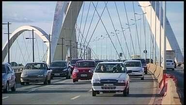 Ponte JK Apresenta sinais de falta de conservação - Inaugurada em 2002 e considerada uma das mais bonitas pontes do mundo, a JK está com os seus três arcos sujos. As bases de sustentação também estão ficando com outra cor e muitas luminárias foram roubadas.