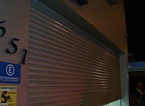 Loja da Avenida Agamenon Magalhães, em Caruaru, é assaltada - Cinco homens armados invadiram o estabelecimento e roubaram vários produtos.