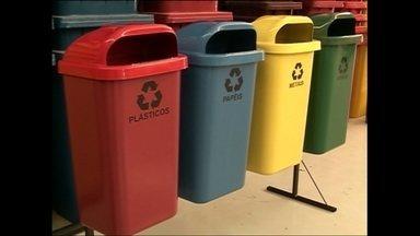 Empresa fatura com produção de lixeiras feitas de material reciclado - De todo lixo produzido no Brasil, apenas 2% são reciclados. Uma empresa de São Paulo vem faturando alto com a utilização de material reciclado para produção de lixeiras.