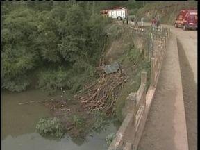 Motorista morre em Lages após caminhão que dirigia cair em rio - Motorista morre em Lages após caminhão que dirigia cair em rio