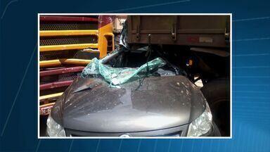 Carro é imprensado em acidente e motorista sobrevive em MT - Um carro foi imprensado em um acidente na BR-364 e o motorista sobreviveu.