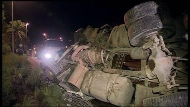 Motorista de carreta morre ao bater em barranco na DF-150 - O motorista teria perdido o controle da direção depois de uma curva, no Km 10 da DF-150, no sentido Fercal. Um poste de iluminação foi arrancado.