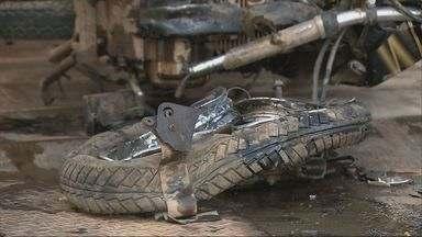 Batida entre moto e carreta com leite deixa 2 mortos na BR-459 em Congonhal - Batida entre moto e carreta com leite deixa 2 mortos na BR-459 em Congonhal
