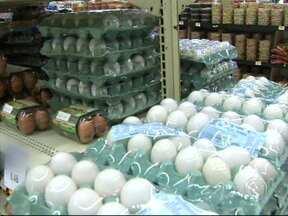 Dúzia de ovos está mais cara em Sorocaba - A tradição de mudar o cardápio na quaresma, impulsiona a alta dos preços de alguns produtos. É a lei da oferta e procura. Nesta época, em que o consumo de carne diminui, não é só o valor do peixe que sobe, não. A dúzia de ovos também esta mais cara.