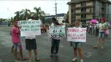 Grupo de agentes de saúde interditam BR-101, na Serra, ES - Trabalhadores pedem aumento salarial e melhores condições.Representante do governo se dirigiu ao local para conversa.