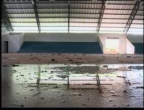 Moradores de Caiuá pedem providências sobre ginásio e piscina - Prefeitura chegou a gastar R$ 250 mil na obra.