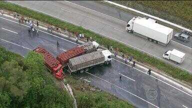 Colisão entre três carretas causa engarrafamento de quase dez quilômetros na BR-101 Norte - Os três caminhoneiros, que vinham do Rio Grande do Norte, ficaram feridos.