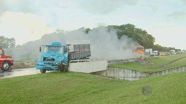 Caminhão pega fogo após acidente e interdita SP-340 em Mogi Guaçu, SP - Um caminhão pegou fogo na tarde desta sexta-feira (14) após uma colisão entre quatro veículos no km 168 da rodovia SP-340, altura de Mogi Guaçu (SP), e causou interdição total da via e congestionamento de seis quilômetros.