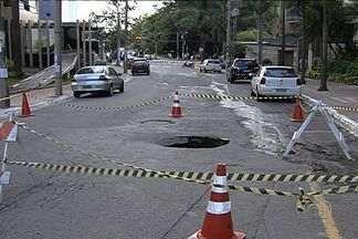 Rua T-15 é interditada por causa de uma cratera, em Goiânia - Secretaria Municipal de Obras disse que erosão foi causa por desgaste no rejunte de uma galeria pluvial. Recuperação da rua deve começar na próxima semana.