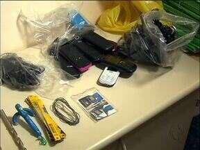 Telefones celulares, drogas e serras foram encontrados próximo à PEF II - Os objetos estavam em cinco sacolas que estavam ao lado do muro da penitenciária estadual . A suspeita é que tudo isso seria arremessado para dentro da PEF.