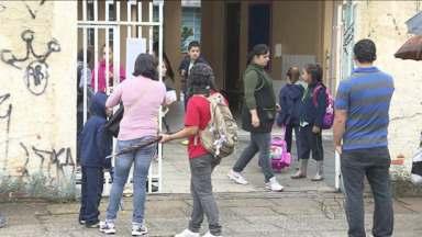 Pais de alunos pedem mais segurança em escolas e postos - Prefeito disse que não há guardas para todos os locais.