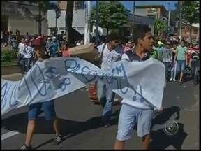 Polícia usa bombas e balas de borracha para deter manifestantes em Marília - Sexta-feira de protesto em Marília contra o reajuste da tarifa de ônibus. Os manifestantes ocuparam ruas da cidade e marcharam até o terminal urbano. Para evitar vandalismo, a tropa de choque foi chamada e usou bombas e balas de borracha.