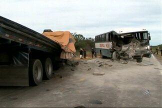 Ônibus com pacientes capota na BA-093 - Outro acidente ocorreu no norte da Bahia e uma pessoa morreu e 11 ficaram feridas. Veja no giro de notícias.