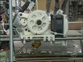 Estudantes da Fatec de Tatuí desenvolvem equipamento de baixo custo para produção de fios - Os estudantes da Fatec de Tatuí desenvolveram um equipamento de baixo custo para a produção de fios de plástico. Esse tipo de matéria-prima reciclável é usado para fazer objetos em uma impressora 3-D.