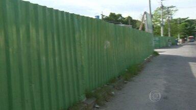RJ Móvel faz cobrança em São João de Meriti - Em junho de 2013, os moradores cobravam obas em praça abandonada. A prefeitura não cumpriu a promessa de reforma e interditou a calçada de uma das principais ruas da região.