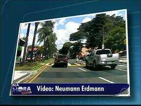 Motoristas não respeitam a faixa elevada para pedestres - Telespectador flagra carro que não para enquanto duas mulheres tentam atravessar.