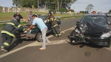 Engavetamento entre dez veículos em São Carlos, SP, congestiona rodovia - Engavetamento entre dez veículos em São Carlos, SP, congestiona rodovia.