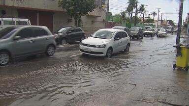 Chuva da madrugada traz prejuízos para o comércio do centro do Recife - Algumas ruas ficaram alagadas - entre elas, a Imperial.