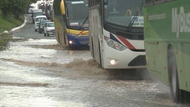 Chuva leva transtornos para os motoristas que passaram pela BR-101, em Jaboatão - Moradores e comerciantes dizem que, sempre que chove, este trecho da BR-101, no bairro de Comportas, fica intransitável.