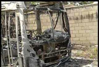 Dois ônibus são incendiados em distrito de Nova Friburgo, no RJ - Fato aconteceu na madrugada desta quinta (20) em São Pedro da Serra.Os veículos tiveram perda total, mas não há registro de vítimas.
