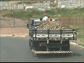 Motorista se arrisca transportando passageiros na carroceria em Ponta Grossa - Flagrante foi feito durante o dia em horário de bastante movimento.