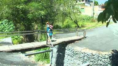 Moradores de comunidade em Betim usam ponte improvisada - Tábua solta e pregos expostos oferecem risco. Prefeitura diz que vai enviar equipe ao local.