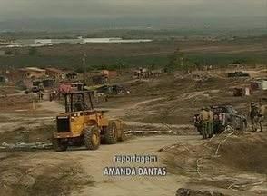 Cerca de 80 pessoas deixam terreno após mandado de reintegração - Proprietário da área reclamou à Justiça a posse do terreno. Barracas de madeira e plástico foram removidas do lugar.