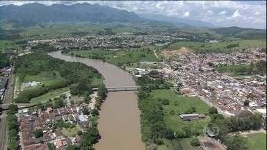 Proposta de SP para usar água do Rio Paraíba gera reações no RJ - O rio abastece mais de 11 milhões de pessoas no estado do Rio de Janeiro. Por causa da falta de chuva, já está 2,5 metros abaixo do nível normal.
