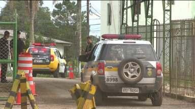 Presos da PEP 1 fazem agentes reféns durante rebelião - A rebelião na Penitenciária Estadual em Piraquara começou ontem à noite. Os presos querem a transferência para outras cidades.