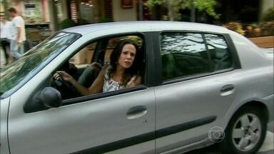 Confira bastidores de cena de atropelamento de Em Família - Vanessa Gerbelli, intérprete de Juliana, conta que adora cenas de ação