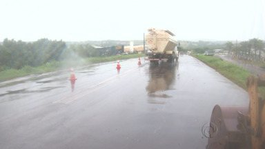 Outono chega com chuva na região de Maringá - Mesmo sem ventos fortes a chuva causou estragos