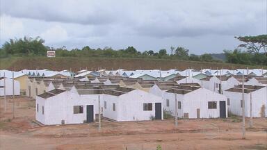 Em PE, obras de casas para vítimas de enchentes estão paradas - Unidades deveriam ter sido entregues em Barreiros no fim do ano passado. Habitações fazem parte do Programa Minha Casa, Minha Vida.