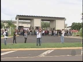 Greve dos Agentes Penitenciários tem momentos de tensão - Grevistas fizeram bloqueio em frente ao CDP de Caiuá.