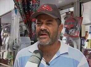 Comerciantes do camelódromo têm prejuízos por causa das chuvas em Caruaru - Segundo eles, buracos na cobertura causaram o problema.