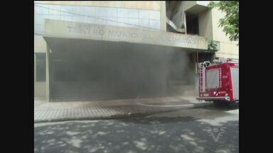 Desativado há mais de quatro anos, Teatro Municipal de Cubatão pega fogo - Incêndio destruiu palco e poltronas. Suspeita é de que moradores de rua tenha colocado fogo no lixo acumulado no prédio.