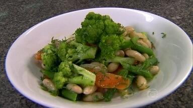 Salada morna é boa opção de refeição - A chefe de cozinha Tatiana Cardoso ensina como misturar ingredientes quentes e frios, e criar deliciosas saladas. Folhas escuras são bem-vindas, assim como brócolis e lentilhas. Veja as sugestões de combinação.