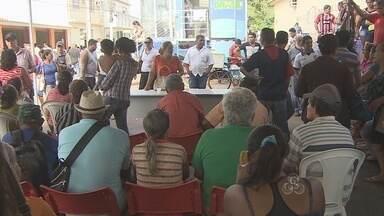 Movimento para savar o FGTS foi tranquilo nesta quinta-feira - Um grupo de moradores atingidos pela cheia reclama da falta de cestas básicas que seriam distribuídas pela prefeitura de Porto Velho.
