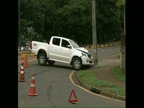 Caminhonete bate em poste - O acidente foi de madrugada na rua Bento Munhoz da Rocha, próximo ao Lago Igapó 2, em Londrina. Ninguém ficou ferido. Parte da Gleba Palhano e Parque Guanabara ficou sem energia.