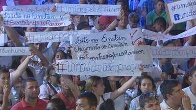 Família de modelo em coma faz protesto em inauguração - Família de modelo em coma faz protesto em inauguração