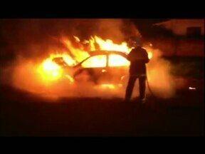 Carro pegou fogo próximo ao lago municipal de Cascavel - Moradores encontraram o carro abandonado em chamas. Os bombeiros foram chamados. O veículo ficou completamente destruído.