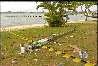 Moradores de São Pedro da Aldeia, RJ, reclamam de demora na retirada dos postes - Menina de 10 anos morreu com a queda de um poste no domingo de carnaval.