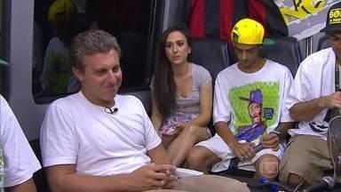 Luciano Huck e Tatá Werneck pegam carona na van da banda Cone Crew - Atriz aproveitou para improvisar músicas junto com os rappers
